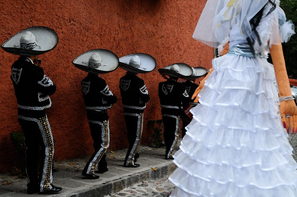 Los Mariachis y Las Mohigangas